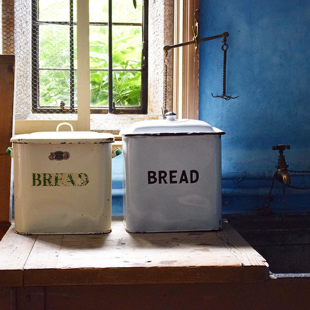 buying-enamel-bread-bins